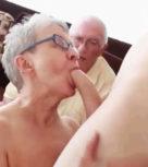 imagen Anciana se come una verga mientras el marido observa alucinado