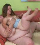 imagen Alucinante trio de sexo con una mujer muy gorda y una enana