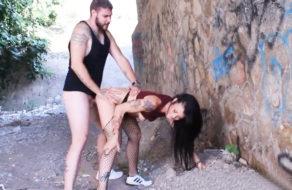 imagen Morenaza española follada como una perra debajo del puente