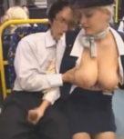 imagen Rubia tetona masturba a un chino en el autobus