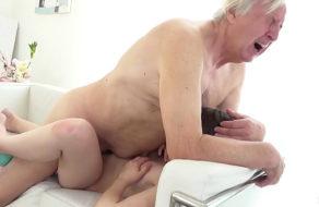 imagen Viejo tiene sexo con una adolescente que podria ser su nieta
