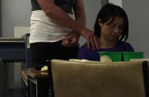 imagen Su jefe la molesta haciéndose una paja a su espalda mientras trabaja