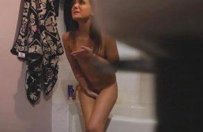 imagen Hermana pillada sobándose su jugoso coño en el cuarto de baño