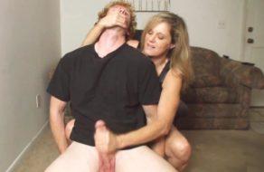 imagen Madre masturba a su hijo y le obliga a correrse para ella