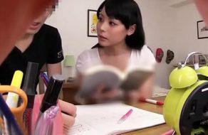 imagen Profesora japonesa excita a su alumno y le come la verga