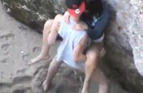 imagen Joven pareja pillada cogiendo en la playa