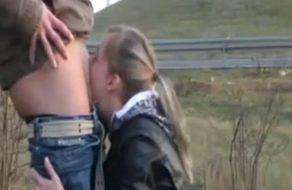 imagen Novia rubia le hace una mamada a su chico en la carretera