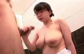 imagen Colegiala tetona follando en el cuarto de baño (asiatica)