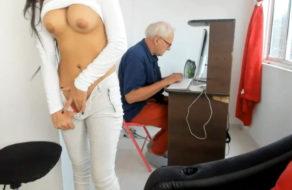 imagen Nieta perturbada se masturba con el abuelo al lado