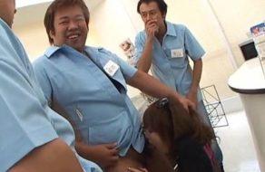 imagen Empleados de tienda abusan follando la boca de la nueva becaria