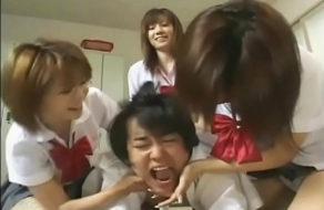 imagen Tres colegialas perversas abusan de su compañero de clase