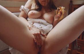 imagen Lolita tetona se masturba mientras come una banana