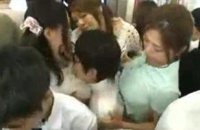 imagen Mujeres maduras violan a un chico joven en el autobús