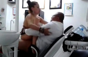 imagen Madura latina se deja follar por el dentista de su hijo