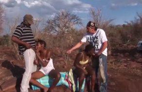 imagen Turista y su guía se follan a dos negras nativas en un viaje por África