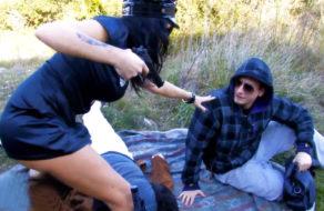 imagen Mujer policia follada por delincuentes en un descampado (español)