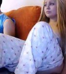 imagen Zorrita joven se masturba mientras su hermano está a su lado y no se da cuenta