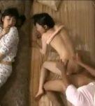 imagen Matrimonio japonés folla mientras la hija intenta no mirar estando durmiendo al lado