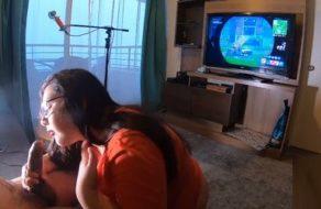 imagen Novia obediente y gordita le come la polla mientras juega a Fortnite