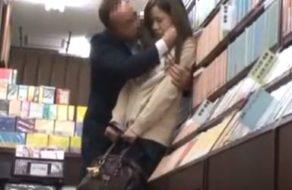 imagen Pervertido sigue a una colegiala para violarla en una librería