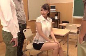 imagen Estudiantes van a una clase privada con su profesora para que les chupe las pollas