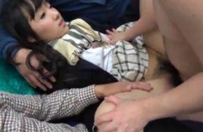 imagen Colegiala japonesa follando con todos los hombres del tren