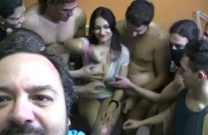 imagen Españolita sexy complace comiendo pollas a un montón de hombres