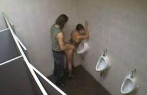 imagen Pareja joven se mete en el baño de una disco para echar un polvo