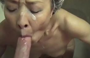 imagen Vieja japonesa hace una mamada hasta terminar con la cara llena de lefa